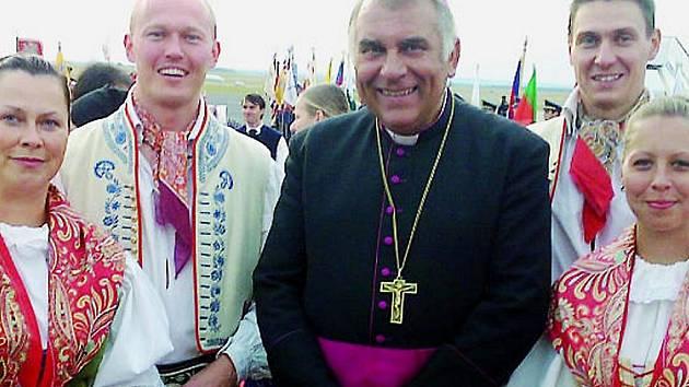 Pomocný biskup Královéhradecké diecéze Josef  Kajnek s členy souboru Jaro u příležitosti návštěvy papeže.