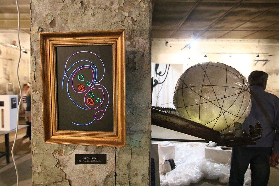 """Osmý ročník netradiční výstavy nazvané Mish Mash byl v sobotu 7. září zahájen v prostorách bývalé Perly 12 """"Mokrý provoz"""" v Ústí nad Orlicí."""