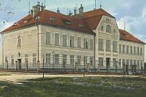 Oplocení před školou na ulici B. Smetany v Lanškrouně na dobové pohlednici.
