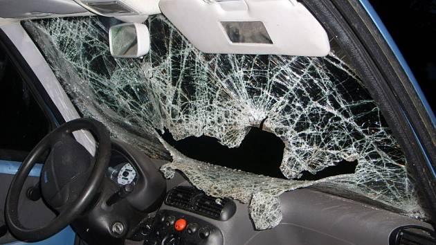 Opilý mladík si svou agresi vybil na zaparkovaném autě.