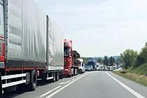 """Nehoda tří kamionů a jednoho osobáku ve Vysokém Mýtě zkomplikovala provoz na """"pětatřicítce""""."""