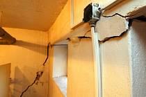 Přemístění jídelny si vyžádalo statické narušení budovy. Projevilo se na podzim loňského roku, kdy se v suterénu objevily trhliny na obvodovém zdivu a narušena byla podlaha jídelny. Objekt byl poté zabezpečen tak, aby strávníkům nehrozilo žádné nebezpečí.