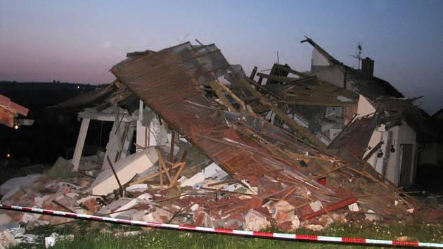 Rodinný dům v Jablonném nad Orlicí po explozi.