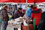 Adventní trhy se konaly na mnoha místech. V Letohradu jim patřila polovina náměstí, nechybělo oblečení, čepice, ponožky, ale i uzeniny a teplý čaj, grog či svařák. V Žamberku se trhy nastěhovaly do pasáže Panského domu. Nechybí tu ani kulturní program.