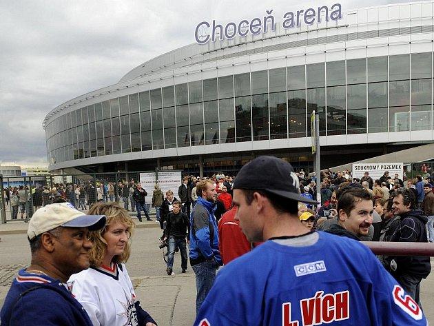 Před zbrusu novou Choceň arénou se už včera srocovaly davy. Američtí turisté (vlevo) nevěřícně zírali na choceňského fanouška v dresu Lubomíra Vícha. Bude se ve městě chodit na KHL?