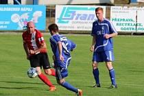 PRO RADOST. Fotbalista Jiří Štajner (vlevo) dal v Letohradu gól z penalty, ale domácí přesto na konci slavili.
