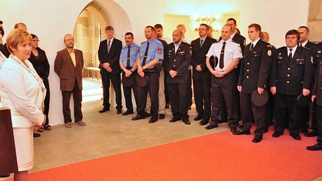 Starostka Lanškrouna Stanislava Švarcová poděkovala hasičům, kteří zasahovali při požáru galvanovny.