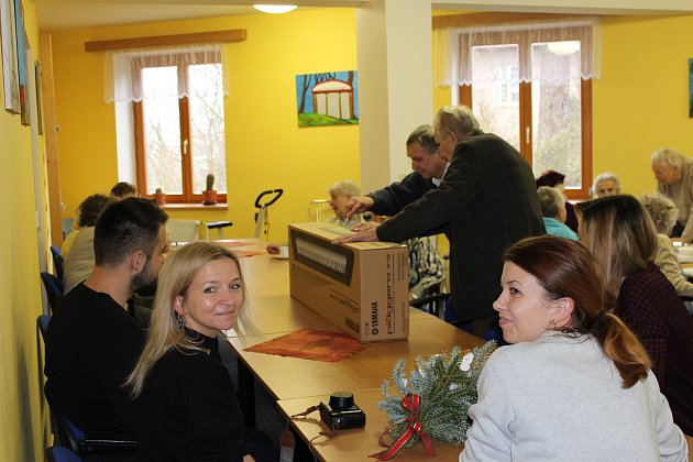 Předání daru vDomově spečovatelskou službou Letohrad.