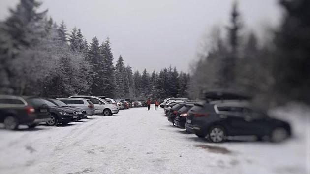 Turisté plní parkoviště v Orlických horách