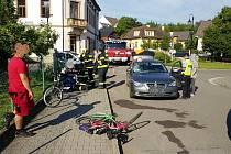 Auto srazilo na křižovatce cyklistu