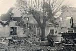 10. 4. 1917. Obrázek z osady Medeazza. Fotografováno vlevo od naší jeskyně. Na fotografii je zachycen Jan Burian.