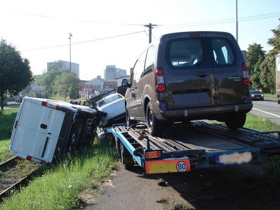 Auta skončila na kolejích, škoda jde do milionů.