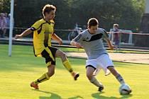 POUŤOVÁ VÝHRA. Fotbalisté Jablonného zdolali Libchavy 2:1. Záložník domácího týmu Lukáš Krejsa odehrává míč před dotírajícím soupeřem.