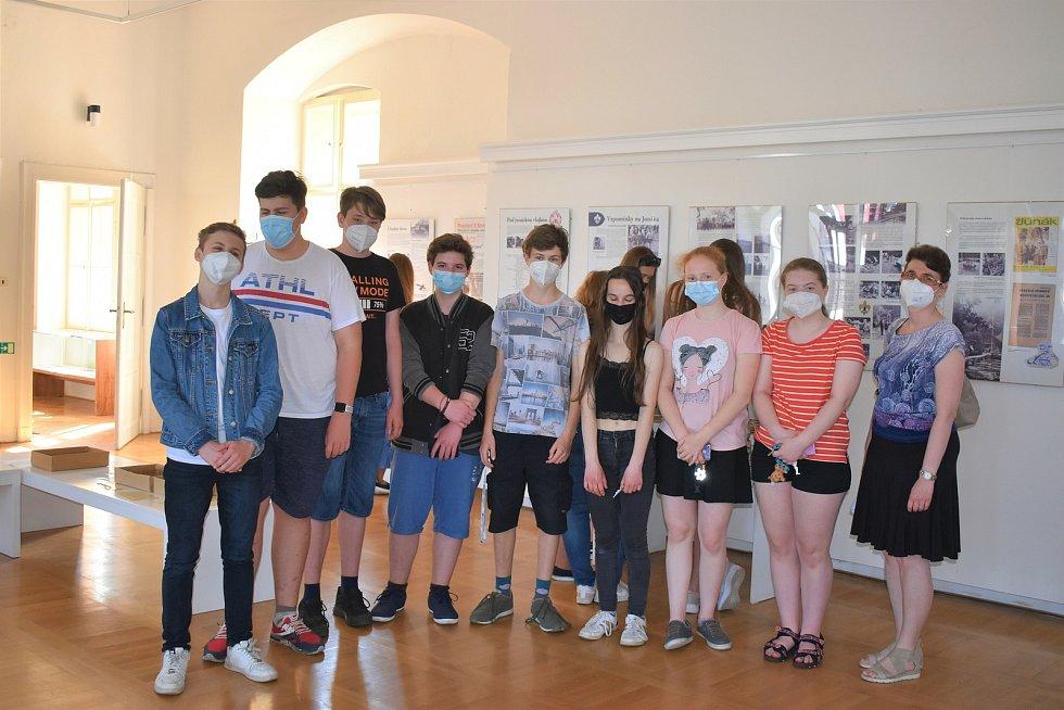 Část žáků, která se v rámci historického kroužku podílela na projektu Z bratrů okupanti