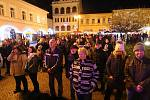 ÚSTÍ NAD ORLICÍ. Na Mírovém náměstí v Ústí nad Orlicí na Silvestra vystoupila revivalová kapela Smokie Forever. Následoval ohňostroj, před kterým zaplněné náměstí pozdravil starosta Petr Hájek s místostarosty.