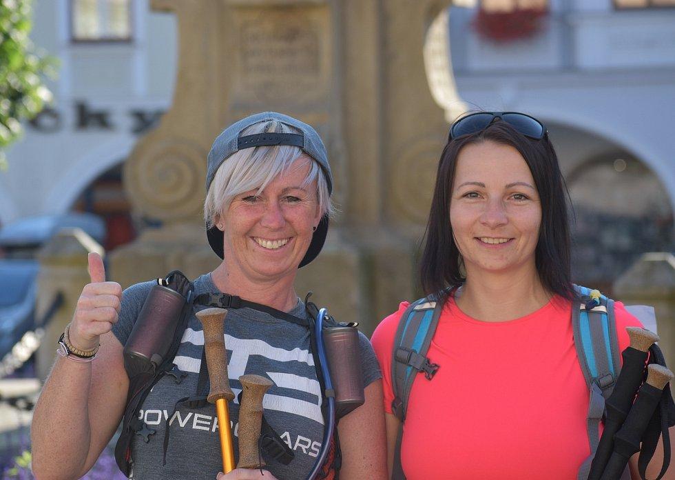 Michaela a Veronika míří pěšky z Ústí nad Orlicí do malé obce na Náchodsku. Sto kilometrů chtějí zdolat za 20 hodin.
