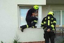Valící se kouř v jednom z bytů třípatrového domu - to byl důvod, kvůli kterému v neděli zasahovali hasičů i zdravotníci ve Vysokém Mýtě.