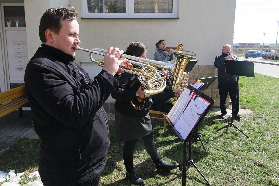 Muzikanti opět po roce hrají seniorům do oken.