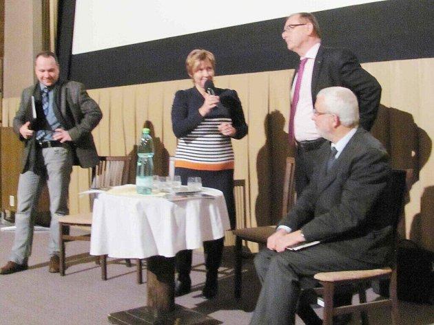 Ze setkání v lanškrounském kině, na kterém se diskutovalo o rušení místa lékaře v posádce ZZS v Lanškrouně.