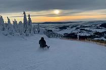 V horském resortu Dolní Morava je nově otevřená sáňkařská trať o délce 2 km na sportovních saních.