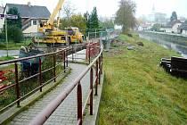 Přes půl roku  jsou v Žamberku v blízkosti Divoké Orlice k vidění bagry a těžká technika. Zdárně tu probíhá výstavba protipovodňových opatření, teď ji ale komplikuje vyhlášený úpadek firmy Navimor Invest, Gdaňsk, jehož je zhotovitelská společnost součástí
