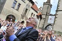 Miloš Zeman při odhalování sochy ve Vysokém Mýtě.