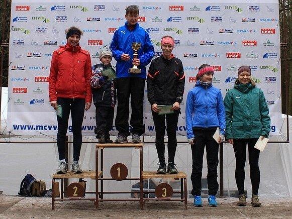 STUPNĚ VÍTĚZŮ ŽEN: Vítězka Táňa Metelková, druhá Marta Fenclová a třetí Adéla Stránská. Pod stupínkem zleva Lucie Maršánková a Jana Knapová.