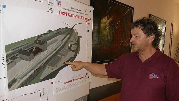 Starosta Richard Pešek představil Deníku dokumentaci budoucí podoby ústeckého vlakového nádraží.
