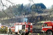 Požár trávy a křovin na stráni v Pohledech - Horní Hynčině.