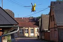Pro zraněnou dívku letěl vrtulník.