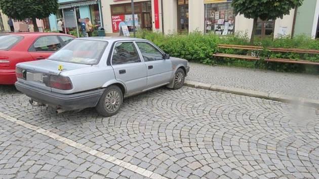 Na nezodpovědného řidiče, který od nehody ujel, doplatil i majitel tohoto auta zaparkovaného v Lanškrouně.