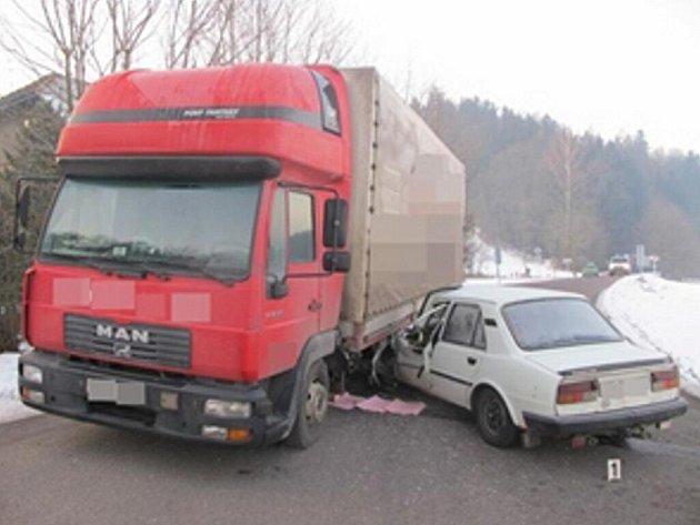Nehoda osobního a nákladního auta na výjezdu z Letohradu.