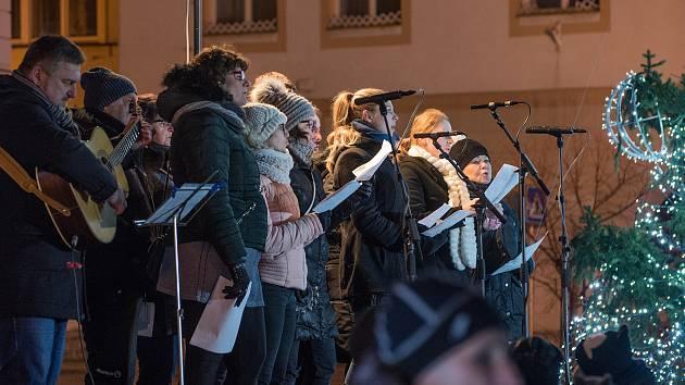 Mezi tradiční účastníky Česko zpívá koledy patří Česká Třebová, která v rámci středečního programu nabídla dílničky pro děti a desítky lidí pak po odzpívání koled mohly vidět ohňovou show..