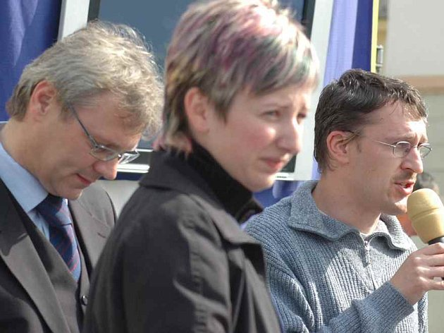 Jaroslav Zedník (vlevo), vedoucí občanského sdružení Naděje Viktor Pešek a redaktorka Šárka Mikulecká.