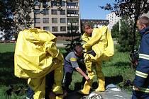 Hasiči se museli před odstraňováním rtuti nejprve obléci do přetlakových obleků.