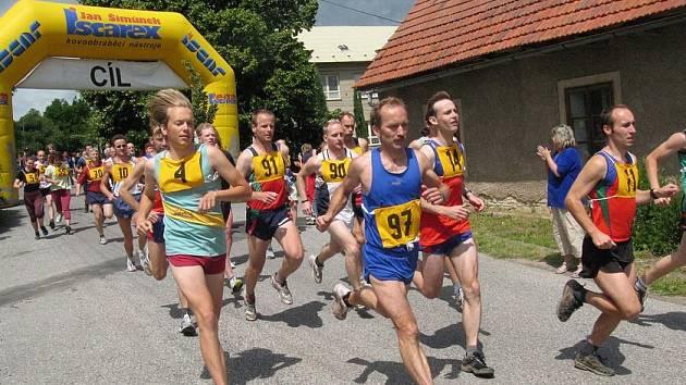 Na start Knířovského běhu se postavilo více než sto závodníků a závodnic. V hlavní kategorii museli běžci zvládnout 6,5 kilometru.