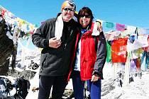 JAN BETLACH a ALENA PIRKLOVÁ na vrcholu pětitisícovky Gokyo–Ri.