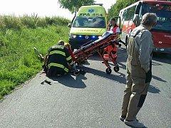 Následky střetu automobilu s cyklistou.