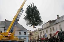 Stavbu vánočního stromu v České Třebové provázely komplikace.