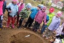 Prvňáci v Jablonném nad Orlicí převzali patronát nad nově vysazenými lípami a břízami u místního hřbitova.