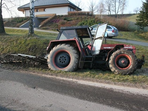 Havárie kradeného traktoru v Dolní Dobrouči.