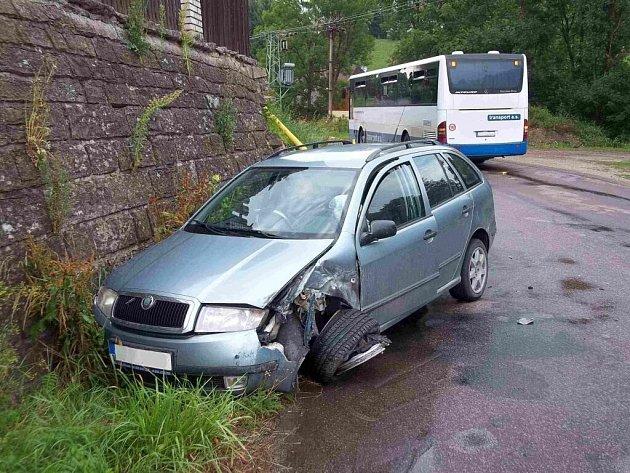 Dopravní nehoda auta a autobusu v Kunvaldu.