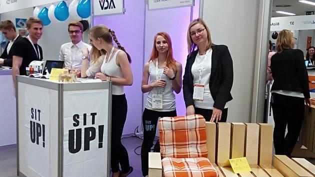 Multifunkční lavičku představila studentská firma SitUp! na soutěžním veletrhu