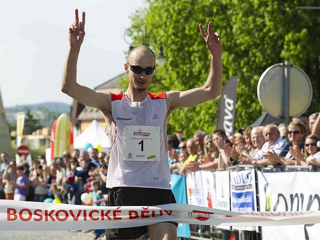 GESTO VÍTĚZSTVÍ Roberta Krupičky při prvním závodě letošního ročníku. Ústecký běžec tak obhájil triumf z loňska.