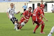 Fotbalisté Ústí (v pruhovaném) hostili pardubické béčko (4:0).