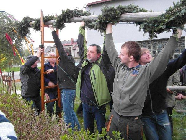 Stavění máje v Kunčicích u Letohradu