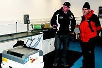Hejtman (vpravo) si ve skiparku prohlédl i prostory, které slouží pro servis lyží a snowboardů.