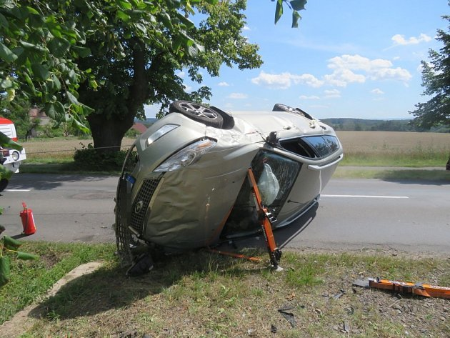 Havárie osobního automobilu na silnici mezi Chocní a Hemžemi.