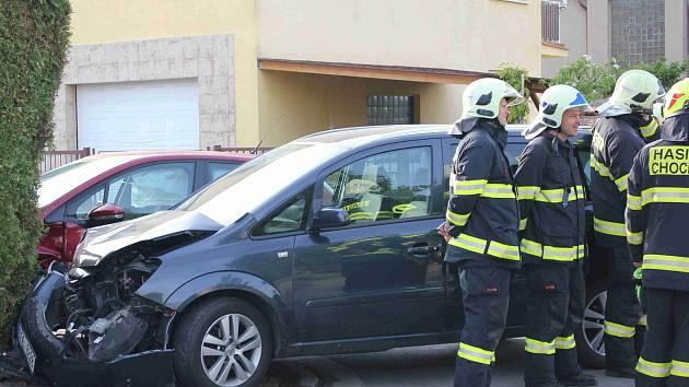 V Chocni na Smetanově ulici zasahovaly složky IZS u nehody dvou aut.