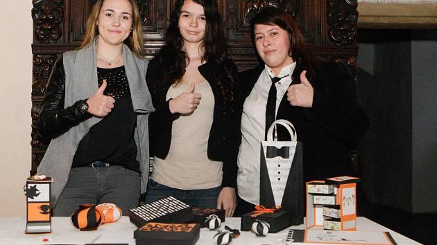 Absolutní vítězky letošních TECHNOhrátek – studentky Střední odborné školy a Středního odborného učiliště Lanškroun Simona Krajcrová, Hedvika Matyášová a Klára Dejdarová s výrobkem Obal prodává. Ten ovládl i kategorii Praktické výrobky.